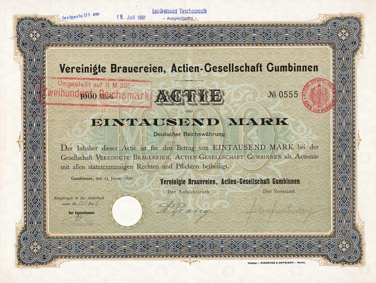 Vereinigte Brauereien AG, Gumbinnen, Gründeraktie von 1898. Börsennotiz: Königsberg i.Pr. Gleich zweimal, sowohl 1914 im 1. Weltkrieg wie auch 1945 im 2. Weltkrieg, ereilte die Brauerei das Schicksal, von den Russen überrannt zu werden. Originalunterschriften von Mühlenbesitzer Prang und Felix Fürstenberg.