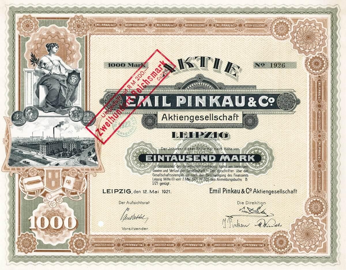 Emil Pinkau & Co. AG, Leipzig, Aktie über 1000 Mark von 1921. Mit ca. 400 Arbeitern wurden in der Fabrik in der Wittenbergerstr. 15 graphische Erzeugnisse, photographische Papiere und Filme hergestellt. Bekannt vor allem als Verlag für Kinderbücher und Hersteller von Postkarten.
