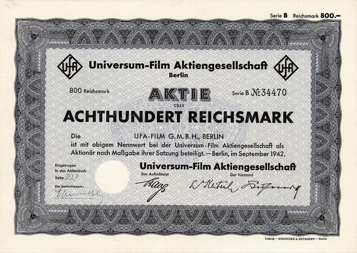 """Universum-Film AG, Berlin, Aktie über 800 RM von 1942. Auflage: nur 1 Stück! Im Zuge der Gleichschaltung veranlasste das Reichspropagandaministerium 1942 die Verschmelzung der UFA mit Tobis, Terra, Bavaria und Wien-Film zur Ufa-Film GmbH. 1964 wird die UFA von der Bertelsmann-Gruppe erworben. 1991 erlebt die UFA die """"Wiedervereinigung"""" mit der DEFA, seit 1997 ist sie Teil der RTL-Group, wo Bertelsmann Ende 2001 wieder die Mehrheit übernimmt."""
