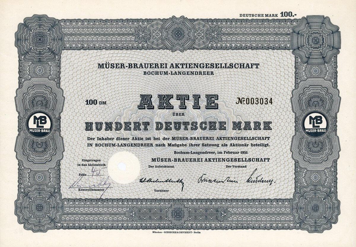 """Müser-Brauerei Aktiengesellschaft, Bochum-Langendreer, Aktie über 100 DM von 1952. Entstanden aus einer 1806 errichteten Hausbrauerei. AG seit 1891 unter der Firma Bierbrauerei Gebr. Müser AG. Mit einer Kapazität von 200.000 hl jährlich eine ziemlich große Brauerei, außerdem gehörten ihr 10 Gaststätten und Bierniederlagen. 1930 Erwerb des Hotel-Restaurants """"Zum Müser"""" in Bonn. Im Zuge einer Sanierung ging Mitte der 30er Jahre die Aktienmehrheit an die vorherigen Großgläubiger Dresdner Bank, Malzfabrik Niedersedlitz AG und Aktienmalzfabrik Könnern. 1938 Umfirmierung in Müser-Brauerei AG."""